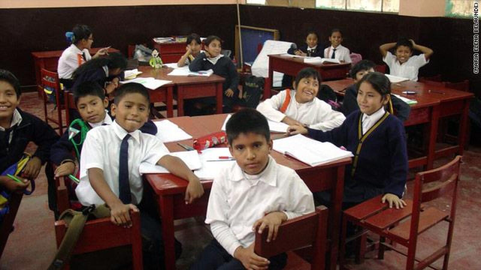 Con sus compañeros en su colegio público de Lima.