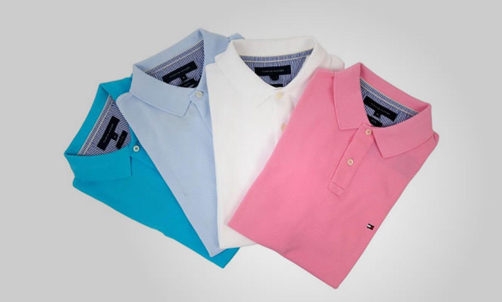 Para los hombres, cuatro colores de playeras estilo polo, hechas en algodón.