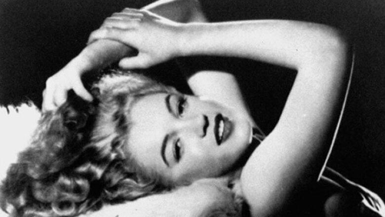 """Una fotografía de Monroe a finales de la década de los 40, capturada por el fotógrafo Bill Burnside. Al reverso, aparece la leyenda: """"Para Bill: cualquier cosa que vale la pena tener, vale la pena esperar. Con amor, Marilyn""""."""
