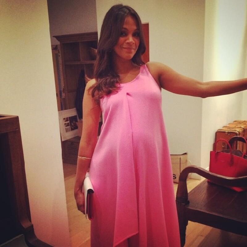 Una mom to be muy fashionista, Zoe portando un vestido Dior.