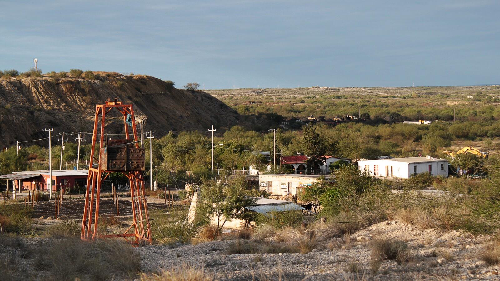 En las concesiones del regidor hay minas a cielo abierto, pocitos y minas que pasan por debajo de las casas.