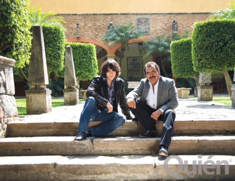 Hace algunos años, durante una sesión de fotos para la revista Quién en la Hacienda La Calera del cantante, en Guadalajara, él y su hijo cantaron juntos y nos impresionaron con su talento.