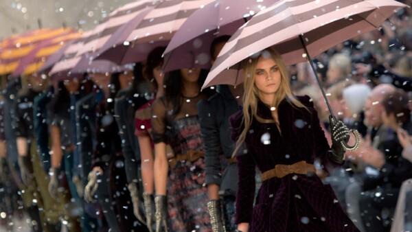 Gabardinas, faldas y vestidos protagonizaron en el desfile de Burberry Prosum.