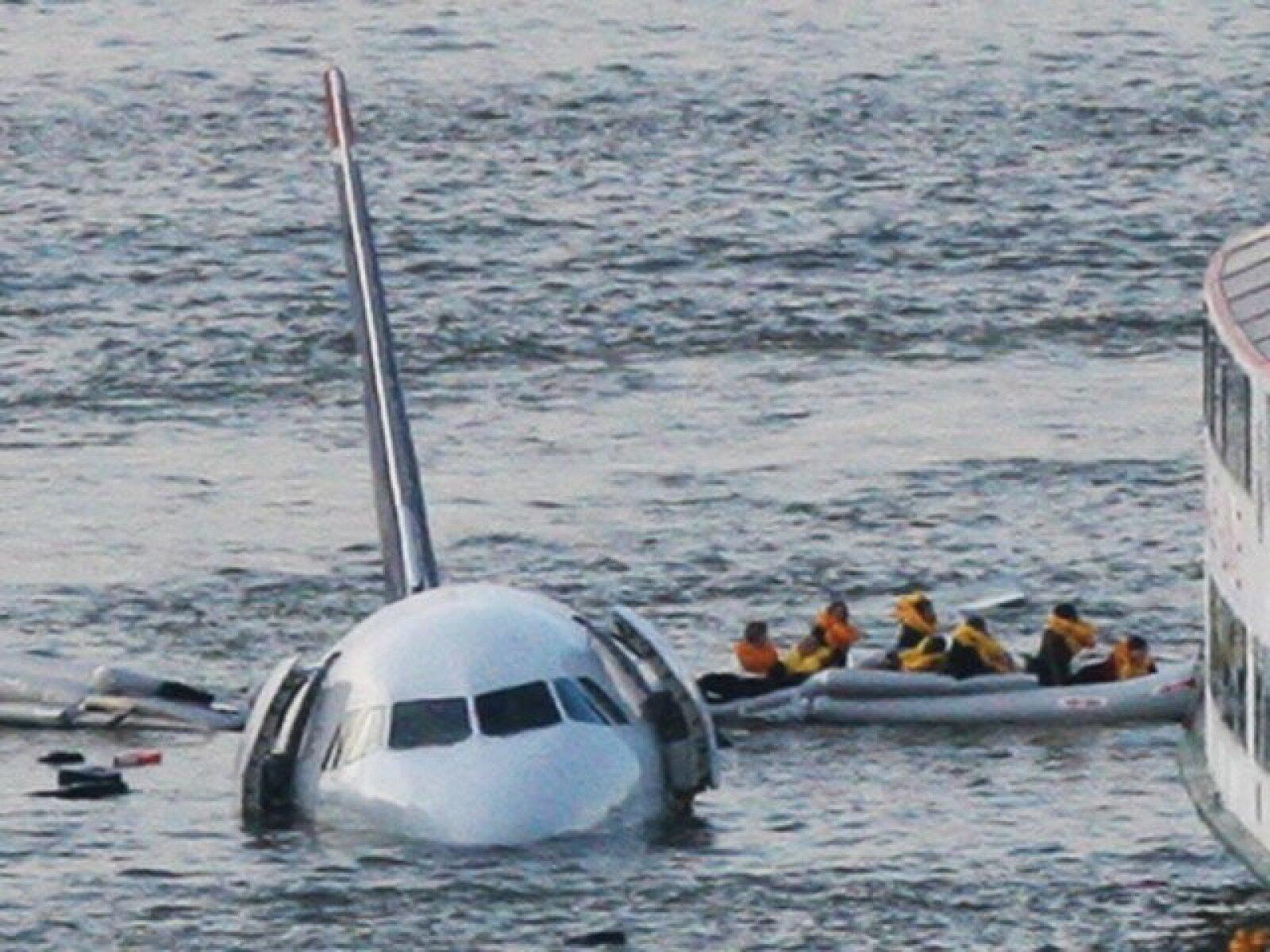 El avión, un Airbus 320, pudo haber sido golpeado por pájaros.