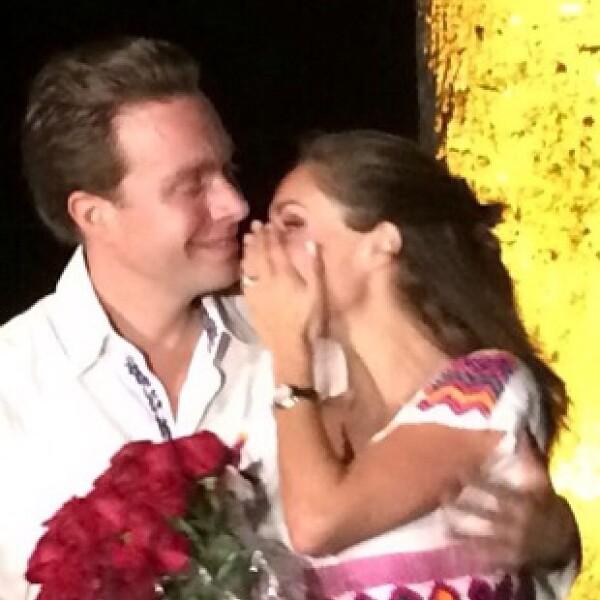 Anahí compartió esta imagen del momento en el que Manuel le pidió matrimonio.