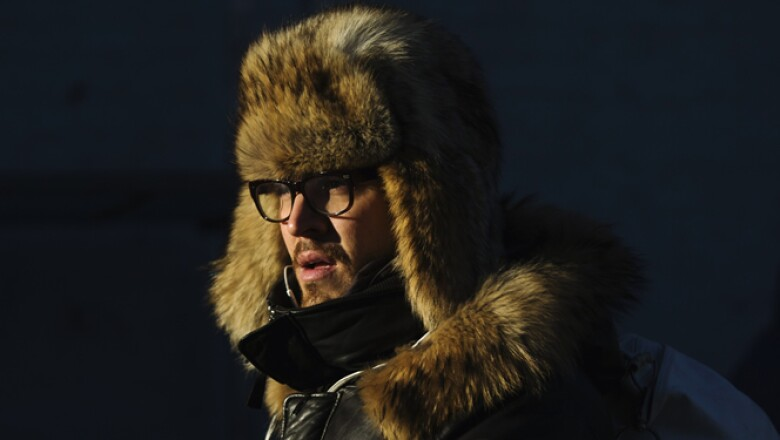 Un hombre camina hacia el servicio de metro abrigado para hacer frente a las bajas temperaturas causadas por un vórtice polar en Nueva York.