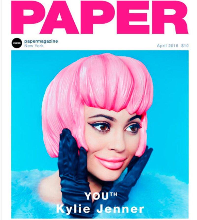 """La menor de las Kardashian posó para la revista Paper, quien en la portada muestra una versión """"caricaturesca"""" de Kylie y aumenta el volumen de sus ojos y boca."""