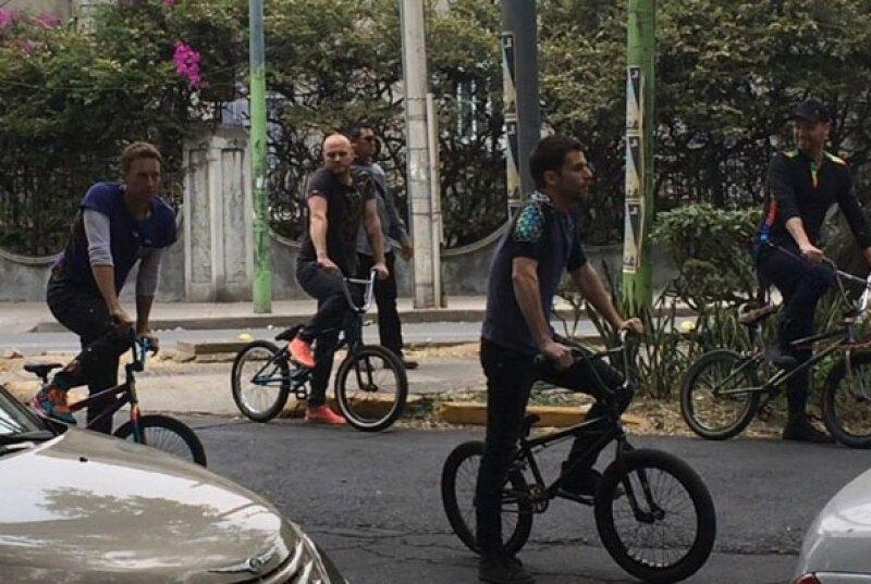 Coldplay recorrió varias calles de la Roma a bordo de bicicletas.