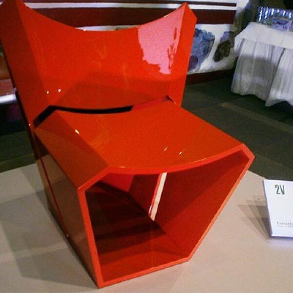 """10.2V es una silla hecha con MDF, cuya forma está inspirada en la letra """"V. Diseño: Raúl López de la Cerda Zaldívar."""
