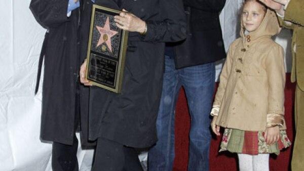 Fue en enero cuando la actriz de películas como `La familia Adams´ y ` Fantastic Mr. Fox´, Anjelica Huston, develó su estrella en medio de un día lluvioso. La acompañó su familia.
