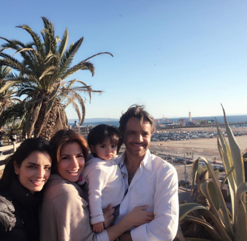 El actor mexicano es &#39bendito entre las mujeres&#39, y eso se nota en esta foto familiar durante su viaje a California.