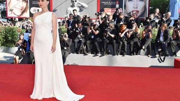 A todos sorprendió ver a la actriz luciendo su creciente pancita en el Festival de Cinde de Venecia y es que ella y su esposo esperaron 5 años para agrandar su familia.