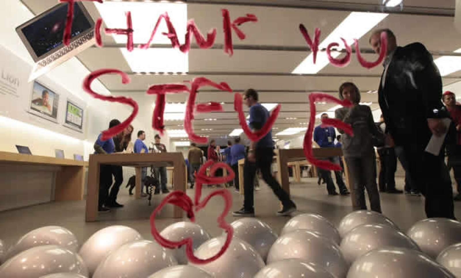 Los fanáticos de la firma de la manzana no tardaron en mostrar sus mensajes de agradecimiento a la figura de Steve Jobs.