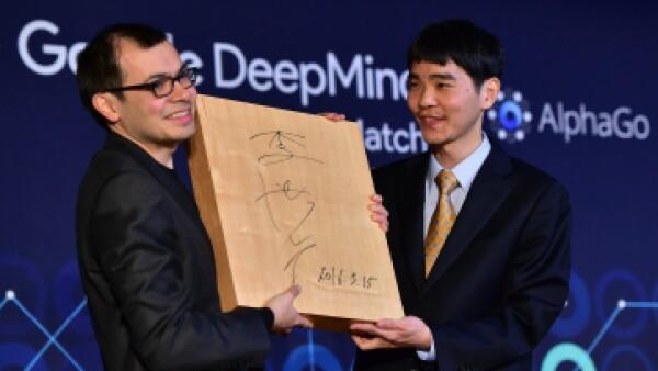 Demis Hassabis, presidente de Deep Mind, y Lee Se-Dol, campeón mundial de go. (Foto: AFP)