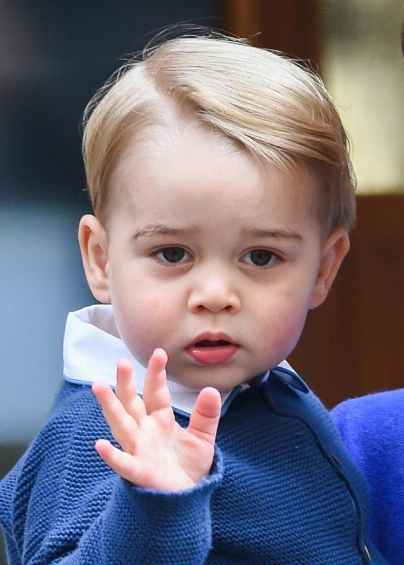 Con un look de los años 50, George lució un peinado impecable que hizo juego con su outfit en distintos tonos de azul.