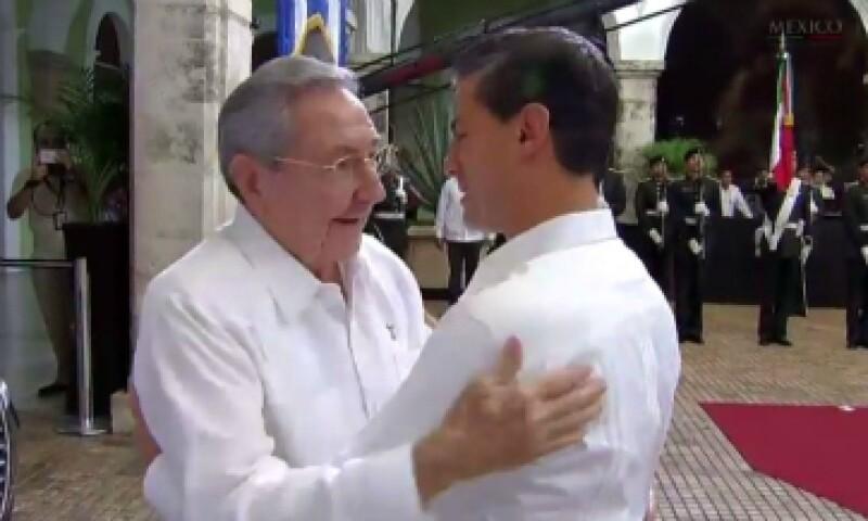 Raúl Castro y Enrique Pela Nieto se saludan en Mérida, Yucatán. (Foto: SRE/Twitter)