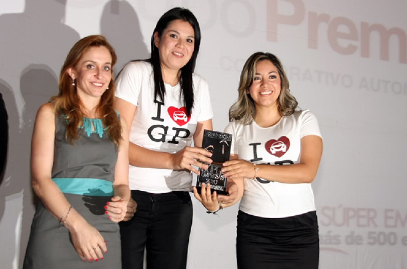Las representantes de Grupo Premier Automotriz se pusieron la camiseta al recibir su premio.