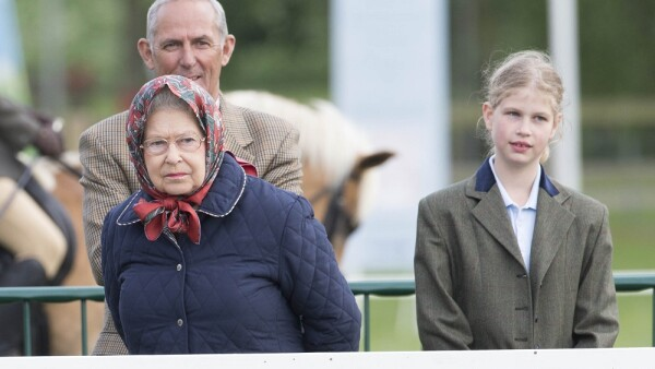 Reina Isabel II y Lady Louise Windsor