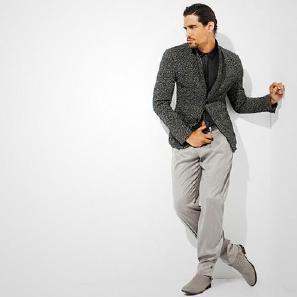 La firma italiana propone  para la oficina un saco de doble vista en algodón, combinado con pantalones en color arena y una camisa de seda en tono azul marino.