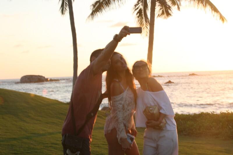 Sofía Sisniega posando para una selfie junto al fotógrafo, Tito Trueba y Luz Ospina.