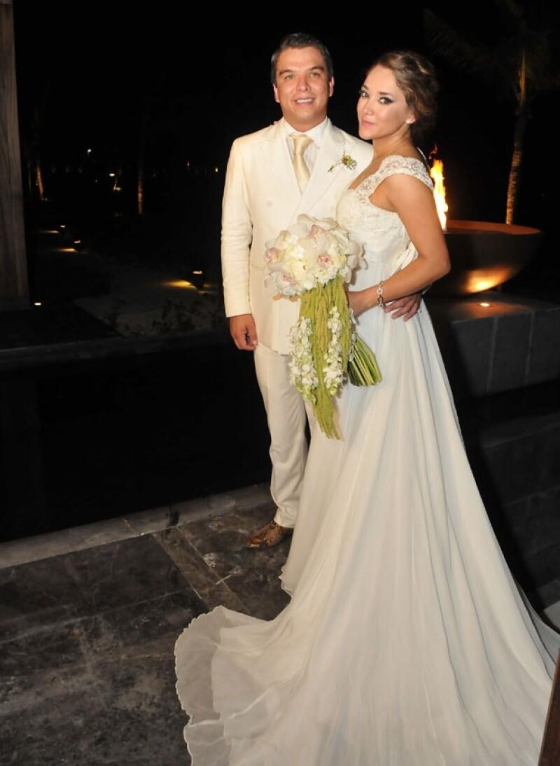 La novia supo conjugar frescura y elegancia, sin perder el sentido de la novia tradicional a pesar de que la boda se realizó en playa.