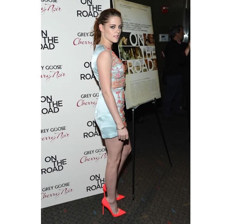 En sus últimas apariciones de alfombra roja, la actriz ha dejado atrás el look `grunge´ y lo ha intercambiado por uno mucho más sexy; prueba de ello es el vestido semitransparente que usó ayer.