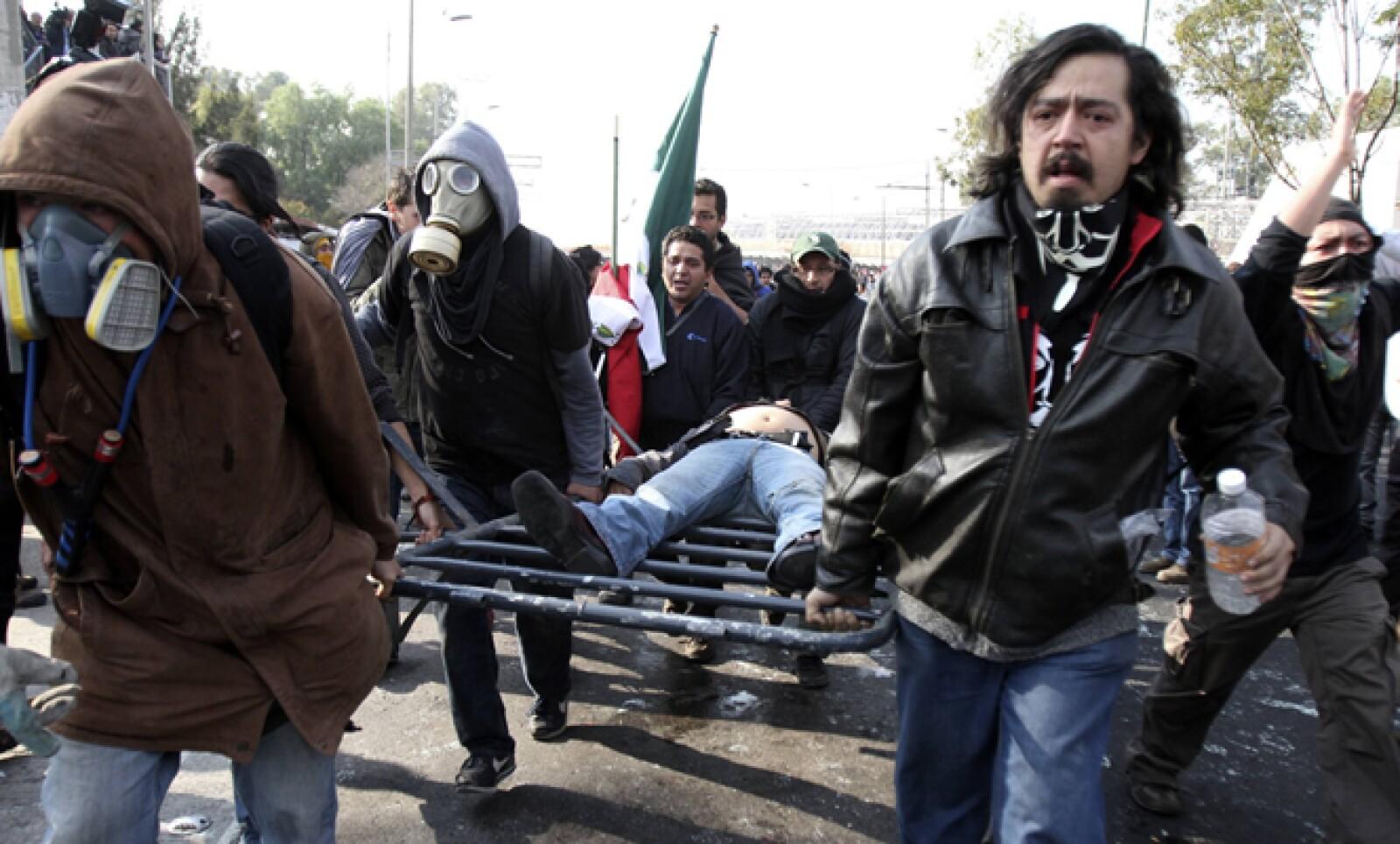 Activistas reportaron que varios de sus compañeros resultaron heridos durante las protestas afuera del recinto legislativo.