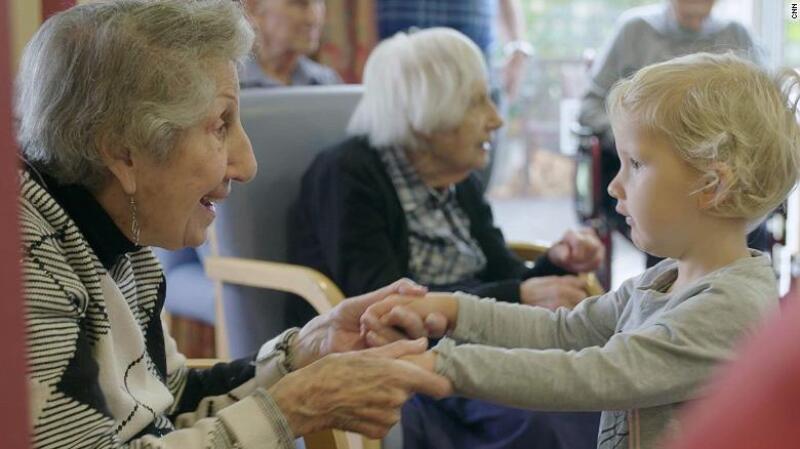 Resultado de imagen de ancianos paseando juntos