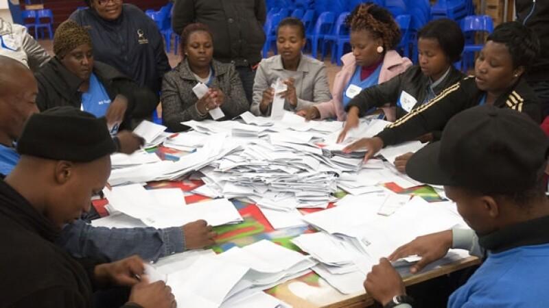 Funcionarios de casilla contabilizan los votos de la elección de Sudáfrica celebrada este miércoles