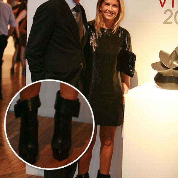 Lulú Creel, siempre a la vanguardia de la moda con unos botnes negros de piel con un detalle que los hace únicos.