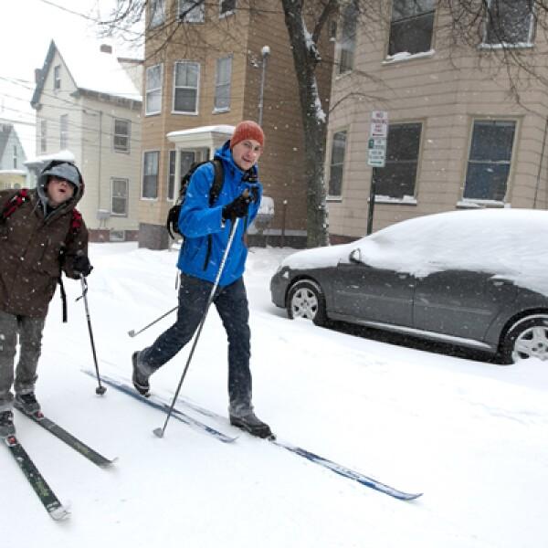 Gobernadores de Massachusetts, Rhode Island y Connecticut declararon estado de emergencia ante la tormenta. Dos personas avanzan con skies por las calles de Maine.