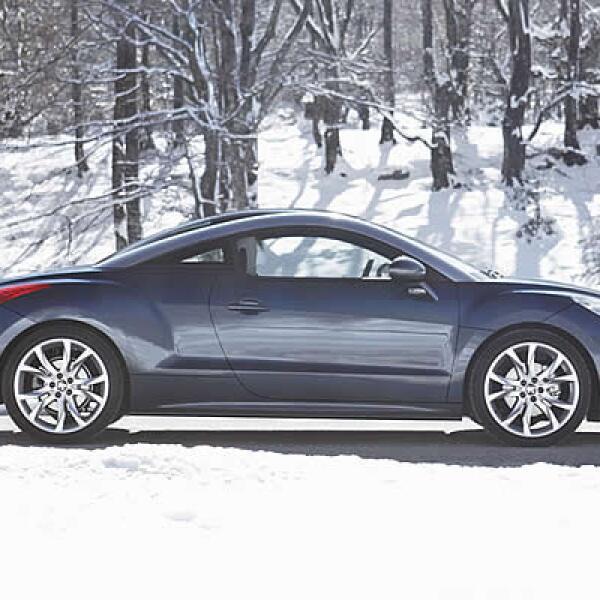 El vehículo se ofrece con distintas opciones de personalización; entre ellas, rines de 18 o 19 pulgadas, techos de color arena en su interior, roble rojo en el tablero y hasta diseños decorativos en su carrocería.