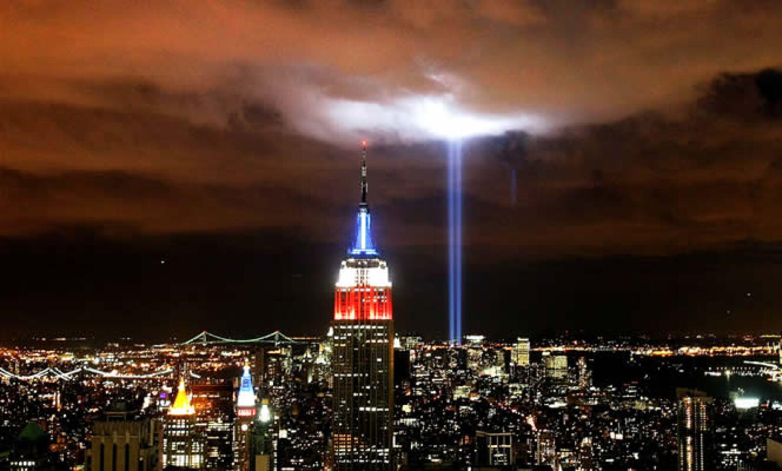 En el espacio donde estaban las Torres, se lanzan dos haces de luz al cielo para recordar su silueta.