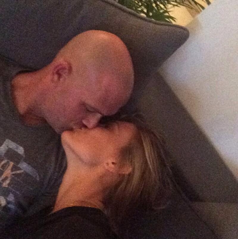 """Bar refaeli compartió esta foto con su novio en noviembre de 2014. Junto a la imagen escribió: """"Good night #nofilter #notneeded ❤️""""."""