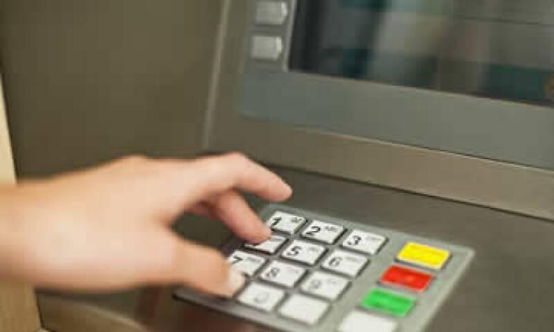 Los clientes también tienen a su disposición los servicios de banca por teléfono e Internet. (Foto: iStock by Getty Images )