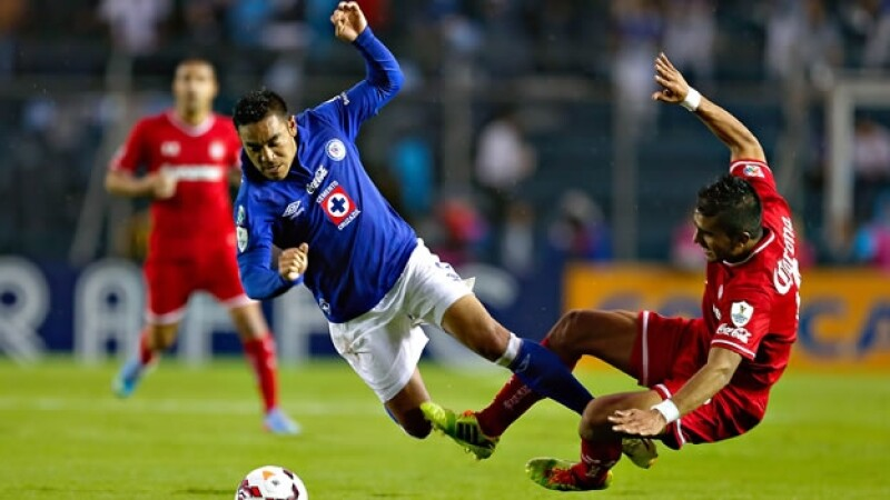 Marco Fabián de Cruz Azul disputa el balón a Miguel Ponce de Toluca