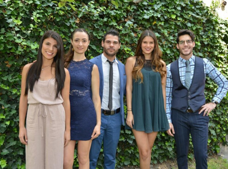 Andrea Carreiro (izquierda) junto al elenco juvenil de Tanto Amor.