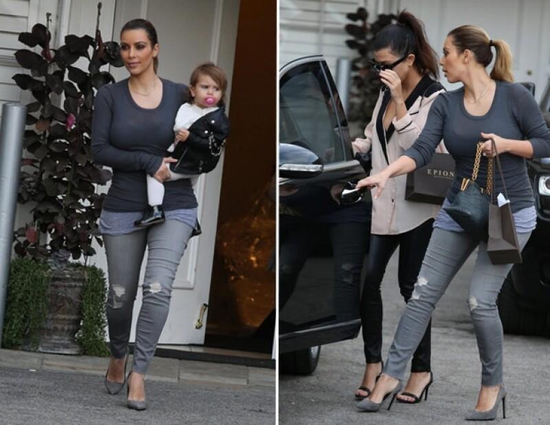 Kim lució ajustadas prendas en color gris y demostró que está cerca de recuperar su popular figura.