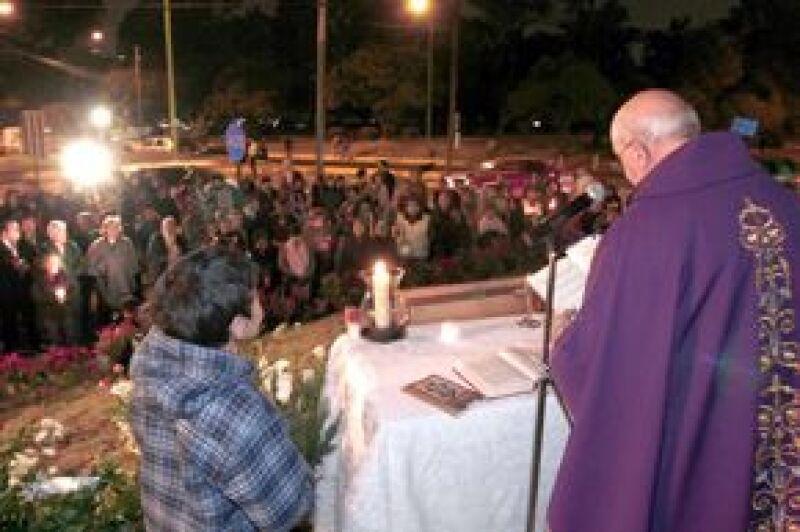 Amigos, funcionarios y vecinos celebran misas y develan una placa en honor a las víctimas del accidente donde murió Juan Camilo Mouriño; asiste a la iglesia la primera dama, Margarita Zavala.