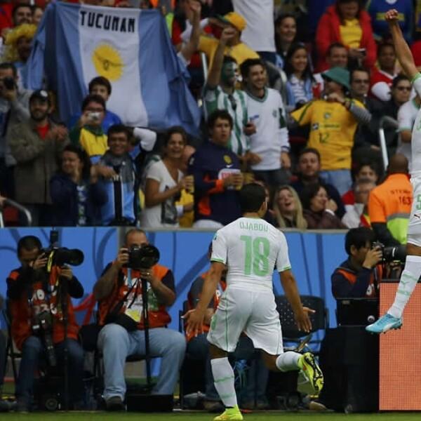 Rafik Halliche de Algeria celebra uno de los tres goles que Argelia marcó en el primer tiempo ante Corea del Sur