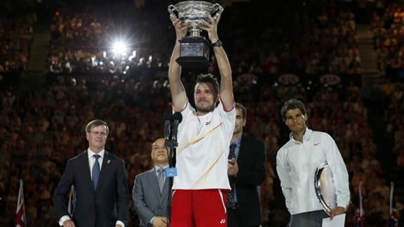 El tenista suizo sostiene el trofeo que le da el título del Abierto de Australia