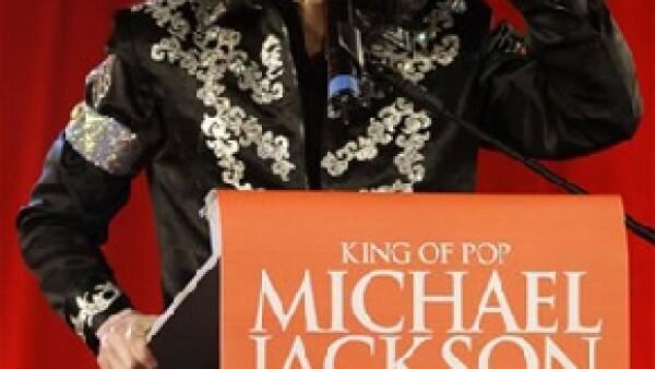 Un hombre está buscando que los sucesores del Rey del pop le paguen 3,3 millones de dólares a la ciudad de Los Ángeles para cubrir el costo del funeral público del cantante.