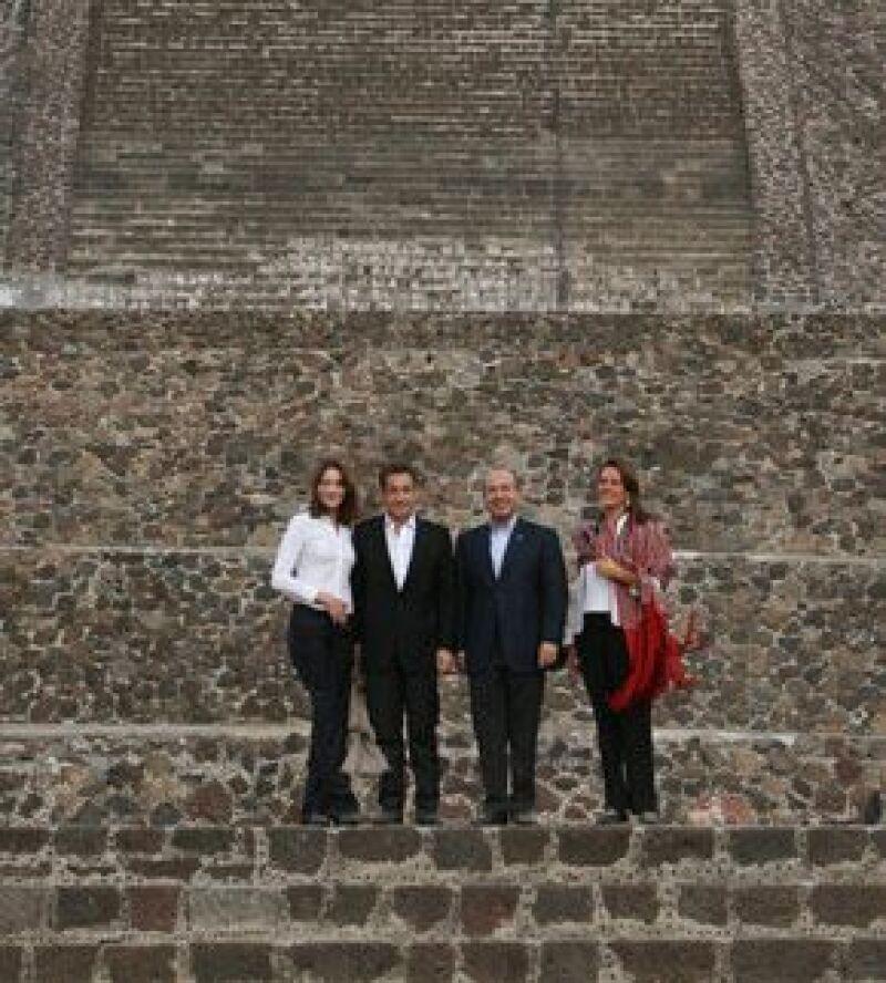 Acompañados por el presidente Felipe Calderón y Margarita Zavala, el mandatario francés y su esposa recorrieron una parte de la zona arqueológica luego de visitar el museo del sitio.