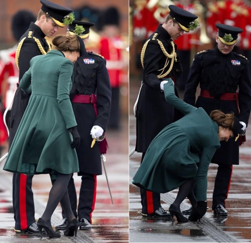 Kate simplemente se agachó para soltar su zapato del suelo mientras Guillermo la ayudaba.