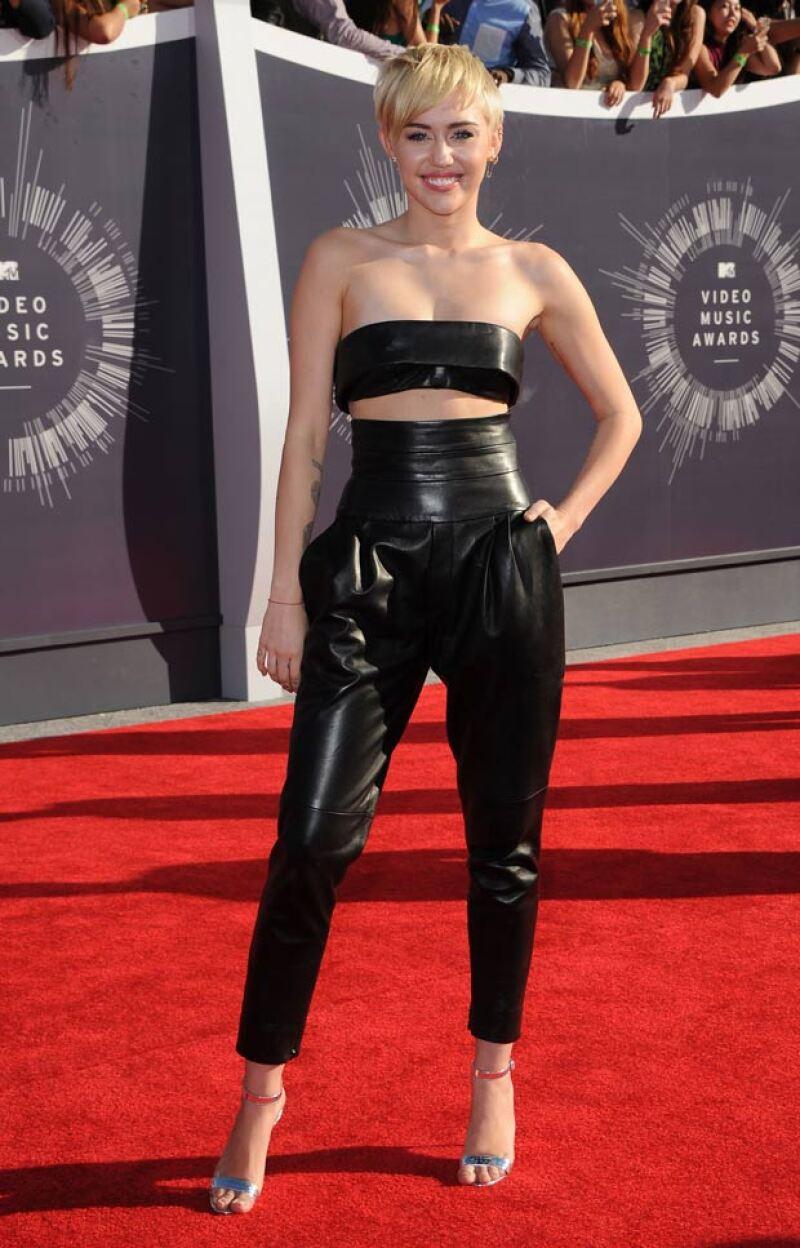 En el red carpet de los MTV Music Awards, con un conjunto negro diseñado por Atsuko Kudo.