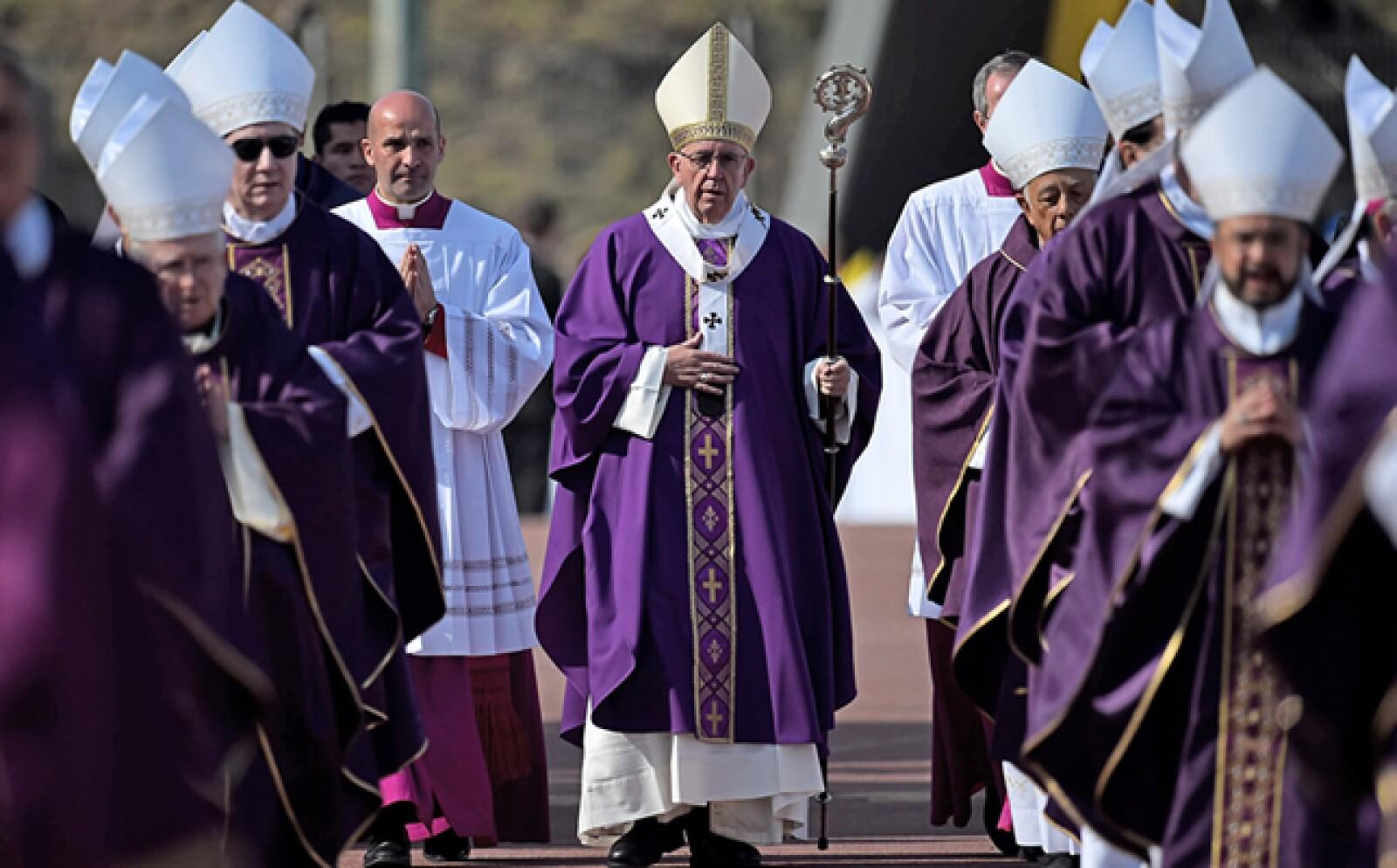 El papa llegó a la eucaristía utilizando el báculo y el cáliz que pertenecían a Vasco de Quiroga