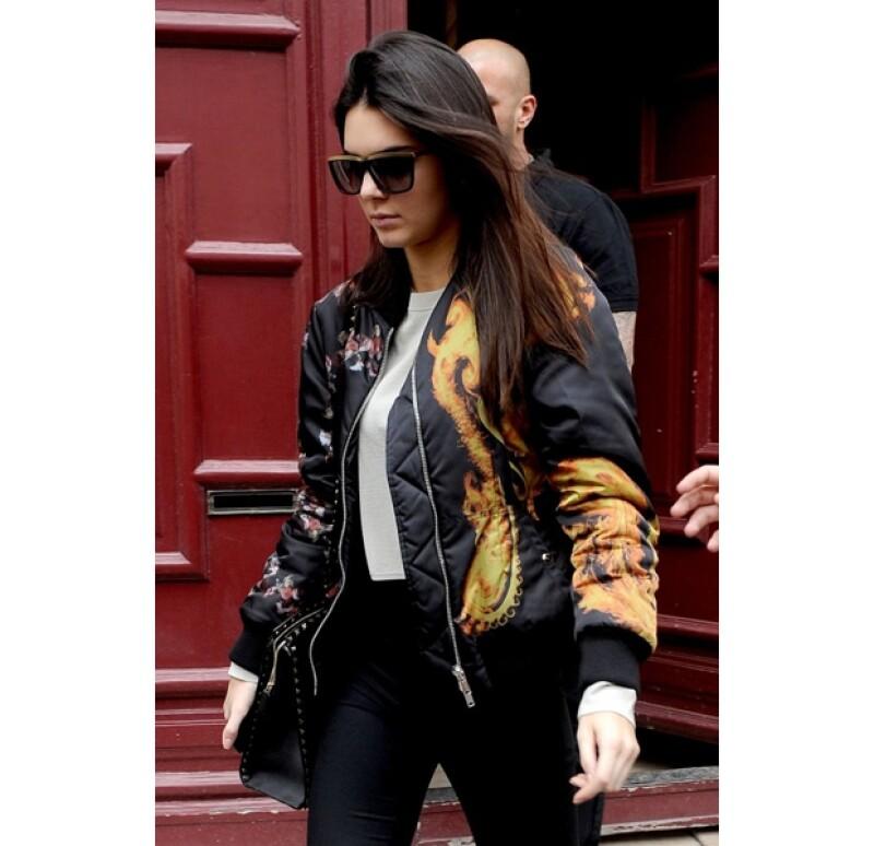 Kendall Jenner siempre guardando el estilo e innovando, a la salida del departamento de su media hermana en la ciudad.