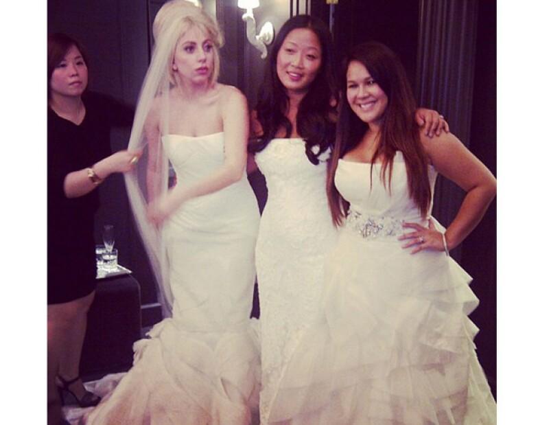La cantante estadounidense portó un lindo vestido de novia en la tienda de Vera Wang.