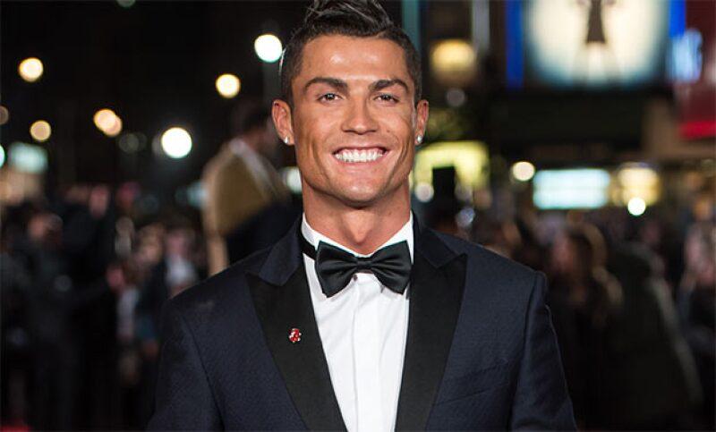 Esta navidad, el jugador del Real Madrid podría cambiar el balón por el showbiz. ¿No nos crees? Checa este video y descubre al artista que trae adentro.
