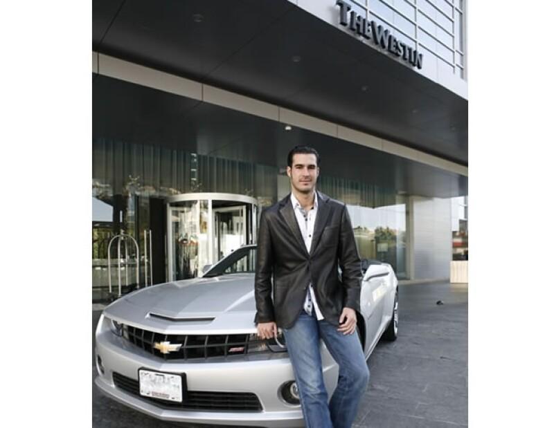 Mike al llegar al hotel en un coche Chevrolet Camaro Convertible.